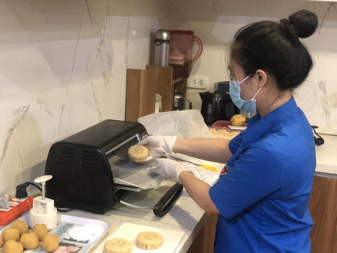 Thanh niên Hà Nội tự tay làm bánh Trung thu tặng trẻ em nghèo - 2