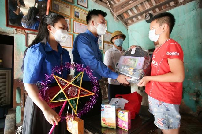 Thanh niên Hà Nội tự tay làm bánh Trung thu tặng trẻ em nghèo - 1