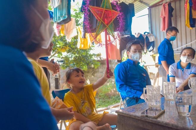 Thanh niên Hà Nội tự tay làm bánh Trung thu tặng trẻ em nghèo - 3
