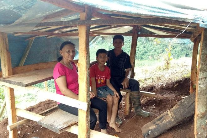 Xúc động hình ảnh 3 người già lên đồi cao dựng lều cho cháu học online - 1
