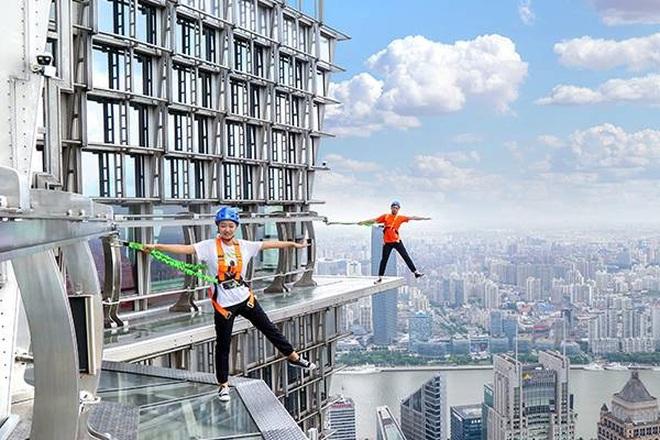 Rùng mình chứng kiến du khách đi bộ giữa trời tại tòa nhà cao hơn 400 m - 2