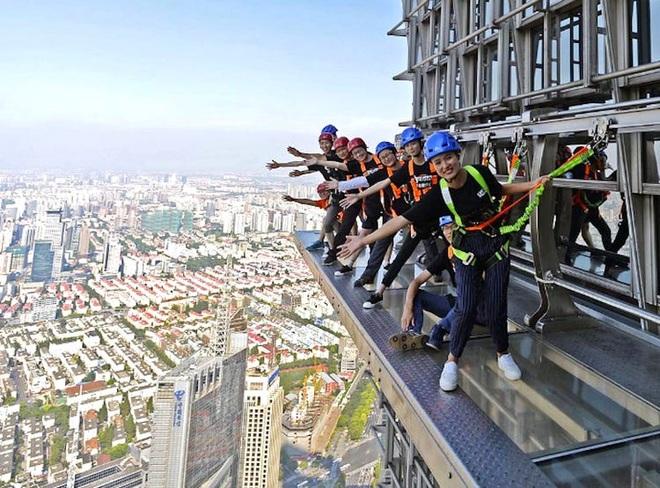 Rùng mình chứng kiến du khách đi bộ giữa trời tại tòa nhà cao hơn 400 m - 4