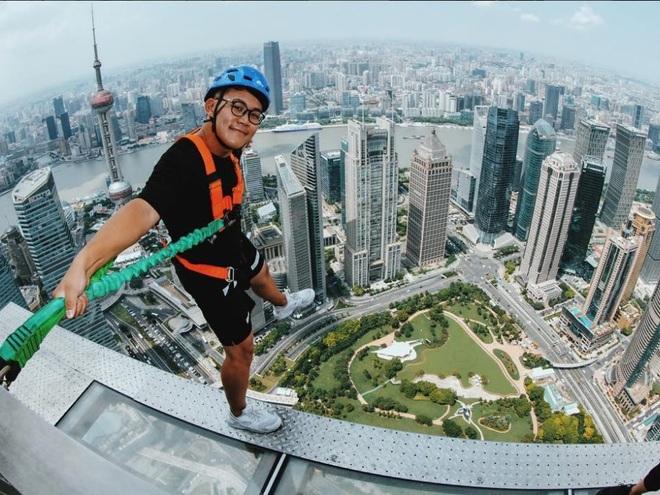 Rùng mình chứng kiến du khách đi bộ giữa trời tại tòa nhà cao hơn 400 m - 3