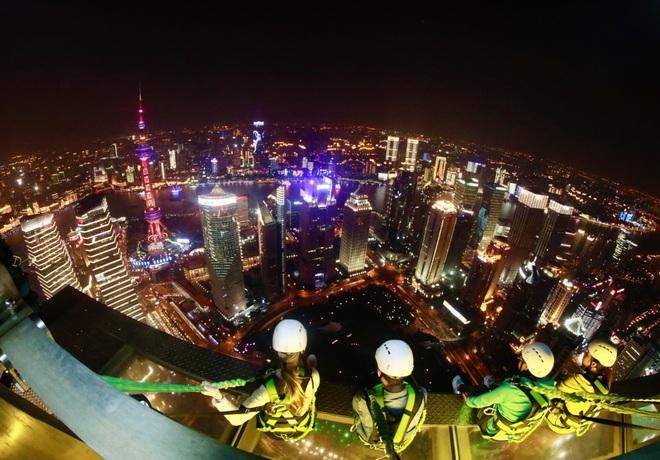 Rùng mình chứng kiến du khách đi bộ giữa trời tại tòa nhà cao hơn 400 m - 5