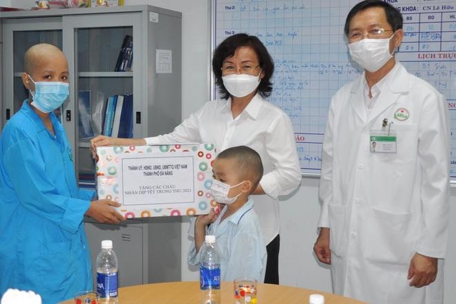 Trao quà Tết Trung thu đến bệnh nhi, trẻ em đặc biệt khó khăn - 1