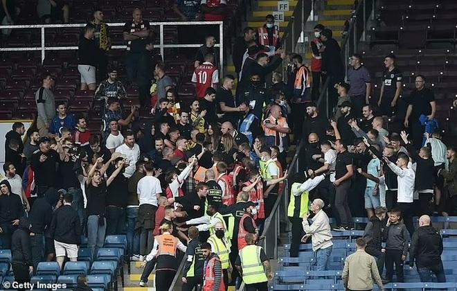 Cổ động viên hỗn chiến trên khán đài sau trận thắng của Arsenal - 2