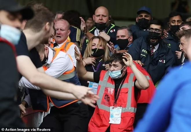 Cổ động viên hỗn chiến trên khán đài sau trận thắng của Arsenal - 3