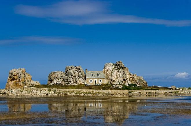 Ngôi nhà kỳ lạ kẹp giữa núi đá - 1