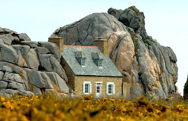 Ngôi nhà kỳ lạ kẹp giữa núi đá - 3