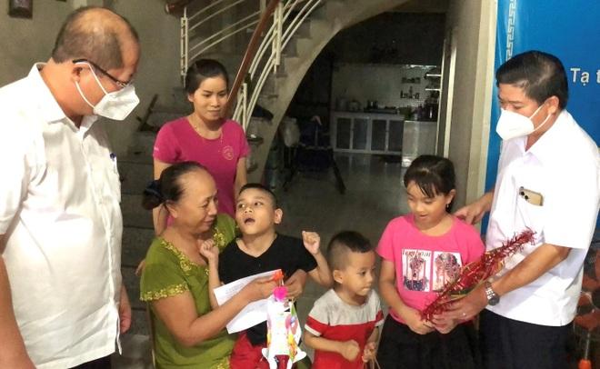 Trao quà Tết Trung thu đến bệnh nhi, trẻ em đặc biệt khó khăn - 4