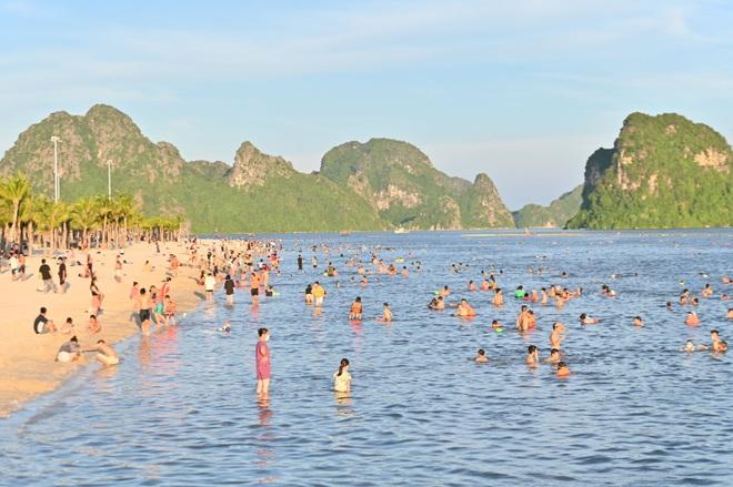 Hình ảnh Hạ Long nhộn nhịp cuộc sống mới trên bãi biển, sân bóng… - 1