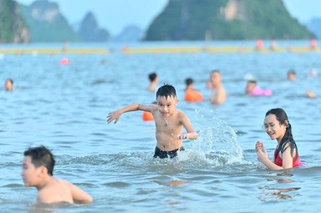 Hình ảnh Hạ Long nhộn nhịp cuộc sống mới trên bãi biển, sân bóng… - 3
