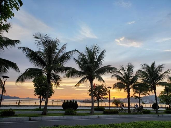 Hình ảnh Hạ Long nhộn nhịp cuộc sống mới trên bãi biển, sân bóng… - 7