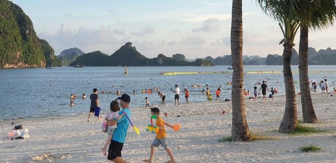 Hình ảnh Hạ Long nhộn nhịp cuộc sống mới trên bãi biển, sân bóng… - 2