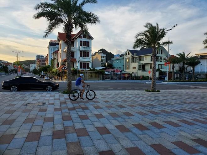 Hình ảnh Hạ Long nhộn nhịp cuộc sống mới trên bãi biển, sân bóng… - 6