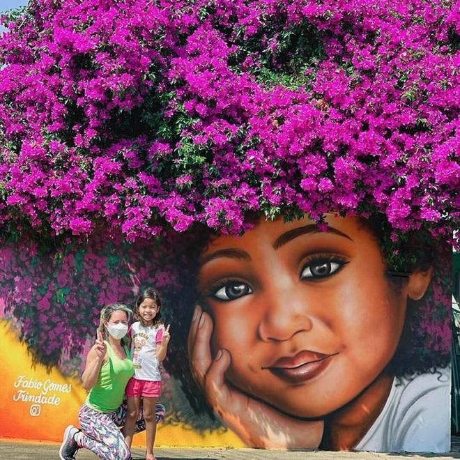 Bức tranh cô bé với mái tóc là giàn hoa giấy khổng lồ gây sốt mạng xã hội - 4