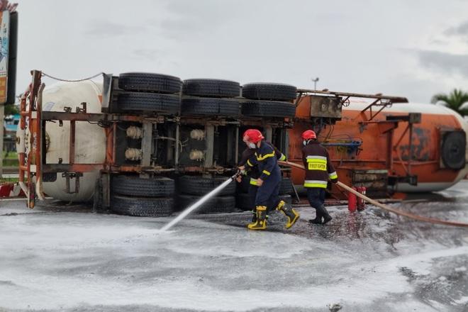 Lật xe bồn chở 20 tấn gas, cư dân được thông báo sẵn sàng sơ tán - 4