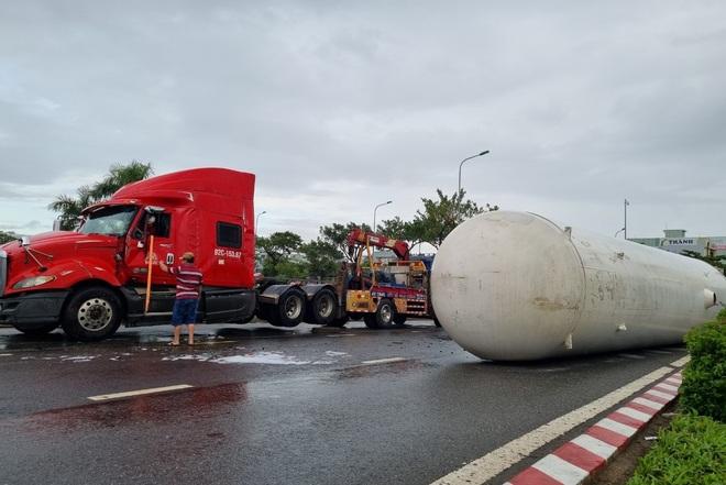 Lật xe bồn chở 20 tấn gas, cư dân được thông báo sẵn sàng sơ tán - 1