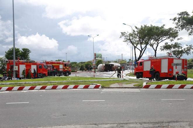 Lật xe bồn chở 20 tấn gas, cư dân được thông báo sẵn sàng sơ tán - 3