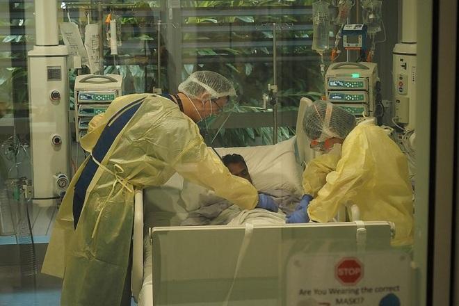 Số ca Covid-19 vượt 1.000/ngày, Singapore theo dõi chặt các ca bệnh nặng - 1