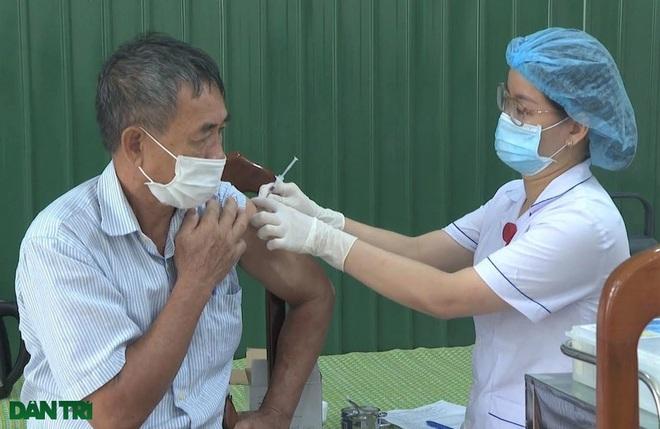 Ninh Bình: Tiêm vắc xin phòng Covid-19 cho 17.000 giáo viên - 4