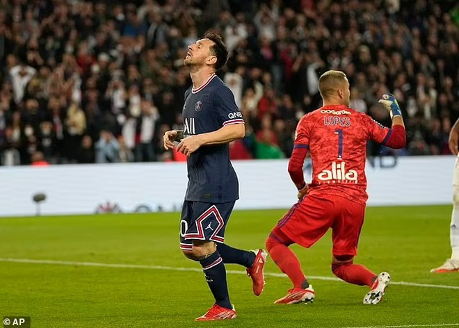 Messi hụt siêu phẩm, Icardi hóa người hùng giúp PSG thắng Lyon - 2