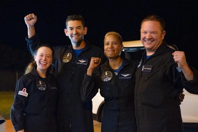 Thành viên Inspiration4 hạ cánh an toàn sau 3 ngày lênh đênh ngoài vũ trụ - 1