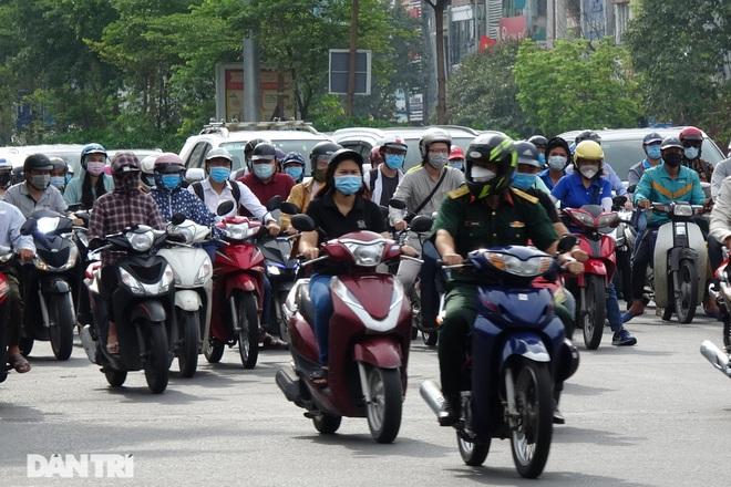 Hà Nội trở lại với đặc sản ùn tắc đường phố sáng thứ Hai đầu tuần - 4