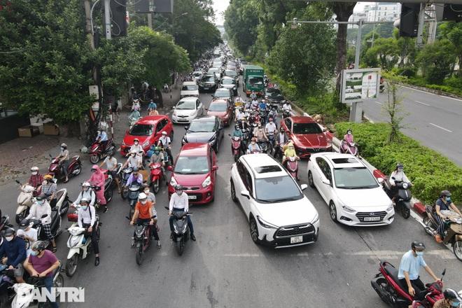 Hà Nội trở lại với đặc sản ùn tắc đường phố sáng thứ Hai đầu tuần - 1