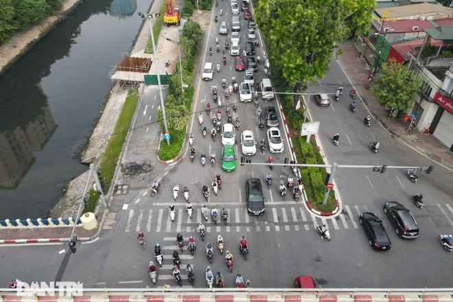 Hà Nội trở lại với đặc sản ùn tắc đường phố sáng thứ Hai đầu tuần - 3