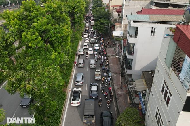 Hà Nội trở lại với đặc sản ùn tắc đường phố sáng thứ Hai đầu tuần - 2