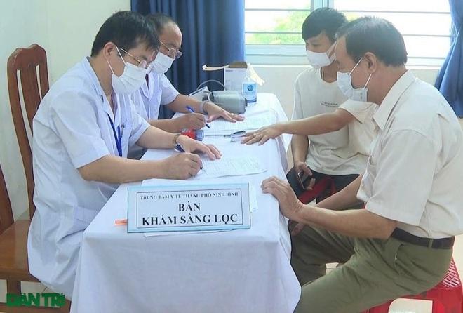 Ninh Bình: Tiêm vắc xin phòng Covid-19 cho 17.000 giáo viên - 1
