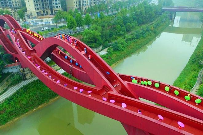 Cây cầu đỏ rực xoắn vặn kỳ lạ  - 6