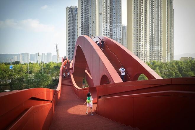 Cây cầu đỏ rực xoắn vặn kỳ lạ  - 2