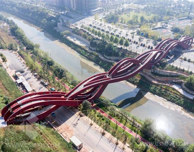 Cây cầu đỏ rực xoắn vặn kỳ lạ  - 3
