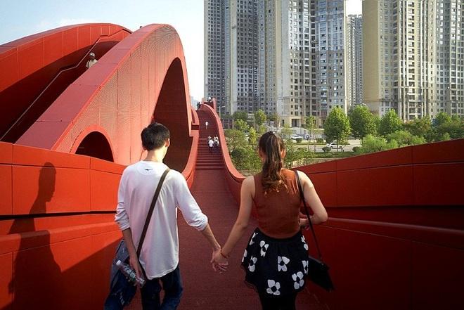 Cây cầu đỏ rực xoắn vặn kỳ lạ  - 4