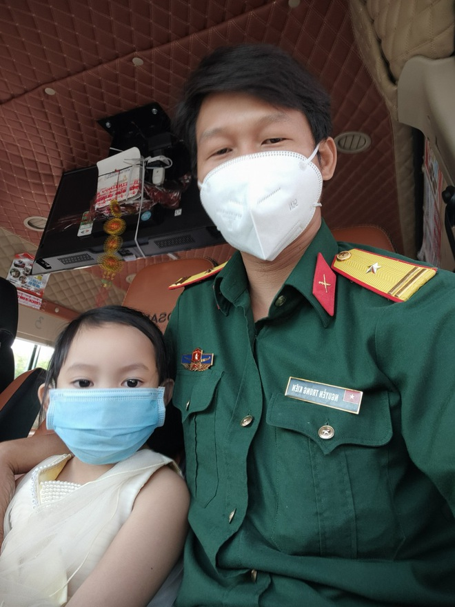 Bé 4 tuổi một mình nhận tro cốt mẹ và cái chắp tay níu chân người chiến sĩ - 4