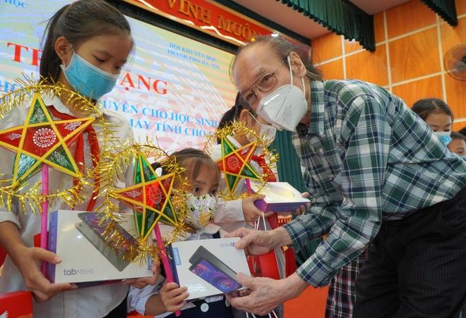 Trao tặng 300 triệu đồng giúp học sinh nghèo bị ảnh hưởng bởi dịch Covid-19 - 5