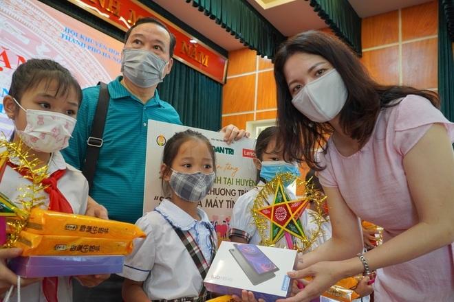 Trao tặng 300 triệu đồng giúp học sinh nghèo bị ảnh hưởng bởi dịch Covid-19 - 6