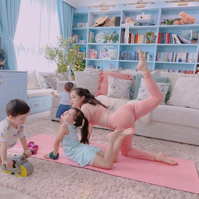 Bà mẹ 3 con chia sẻ tuyệt chiêu tập luyện giữ dáng tại nhà mùa dịch - 2