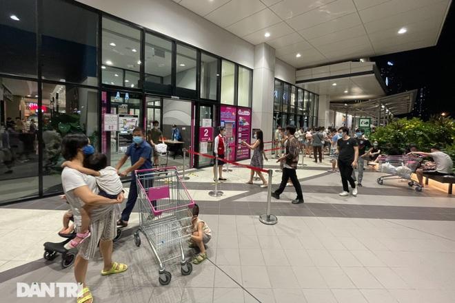 Trung tâm thương mại ở Hà Nội đông nghịt khách đêm rằm Trung thu - 4