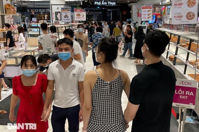Trung tâm thương mại ở Hà Nội đông nghịt khách đêm rằm Trung thu - 5