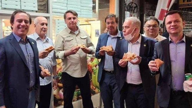 Chưa tiêm vắc xin, Tổng thống Brazil phải ăn tối trên vỉa hè New York - 1