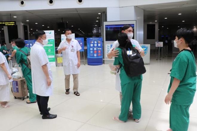 Gần 300 y bác sĩ tiếp tục chi viện miền Nam chống dịch Covid-19 - 1
