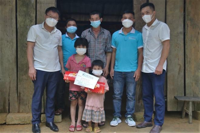 Nhiều nhà hảo tâm chung tay giúp 2 đứa trẻ nơi bìa rừng mong có đủ cơm ăn - 1