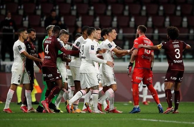 Mbappe khiêu khích, Neymar đẩy ngã đối thủ, tạo nên màn ẩu đả trên sân - 2