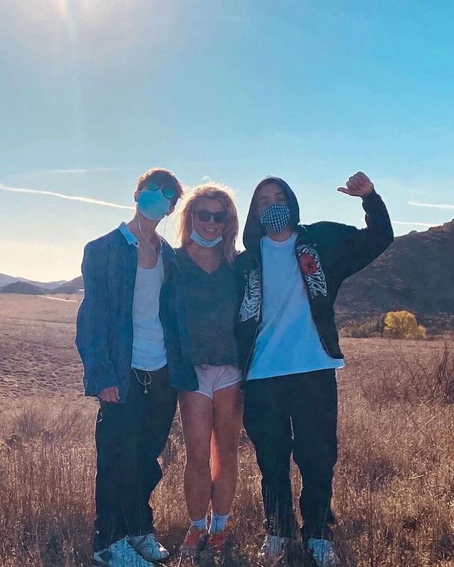 Đính hôn với tình trẻ xong xuôi, Britney Spears nhắc tới hai con trai - 1