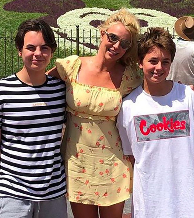Đính hôn với tình trẻ xong xuôi, Britney Spears nhắc tới hai con trai - 3