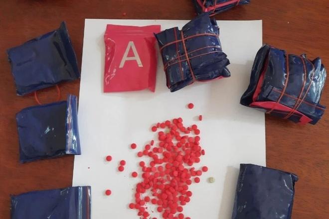 Bắt được gần 4.000 viên ma túy trong túi nilon bên đường - 1