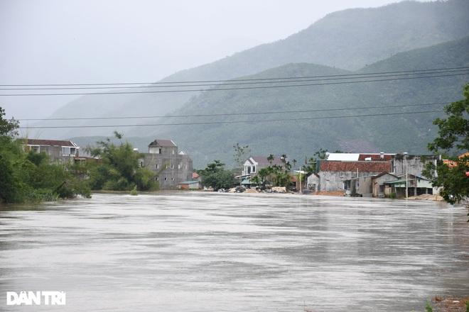 Nhiều tỉnh miền Trung cấm biển, kêu gọi ngư dân tìm nơi tránh bão an toàn - 1